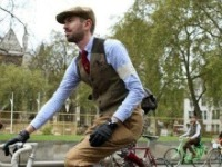 Шотландский джин Hendrick's на велопараде Tweed Ride